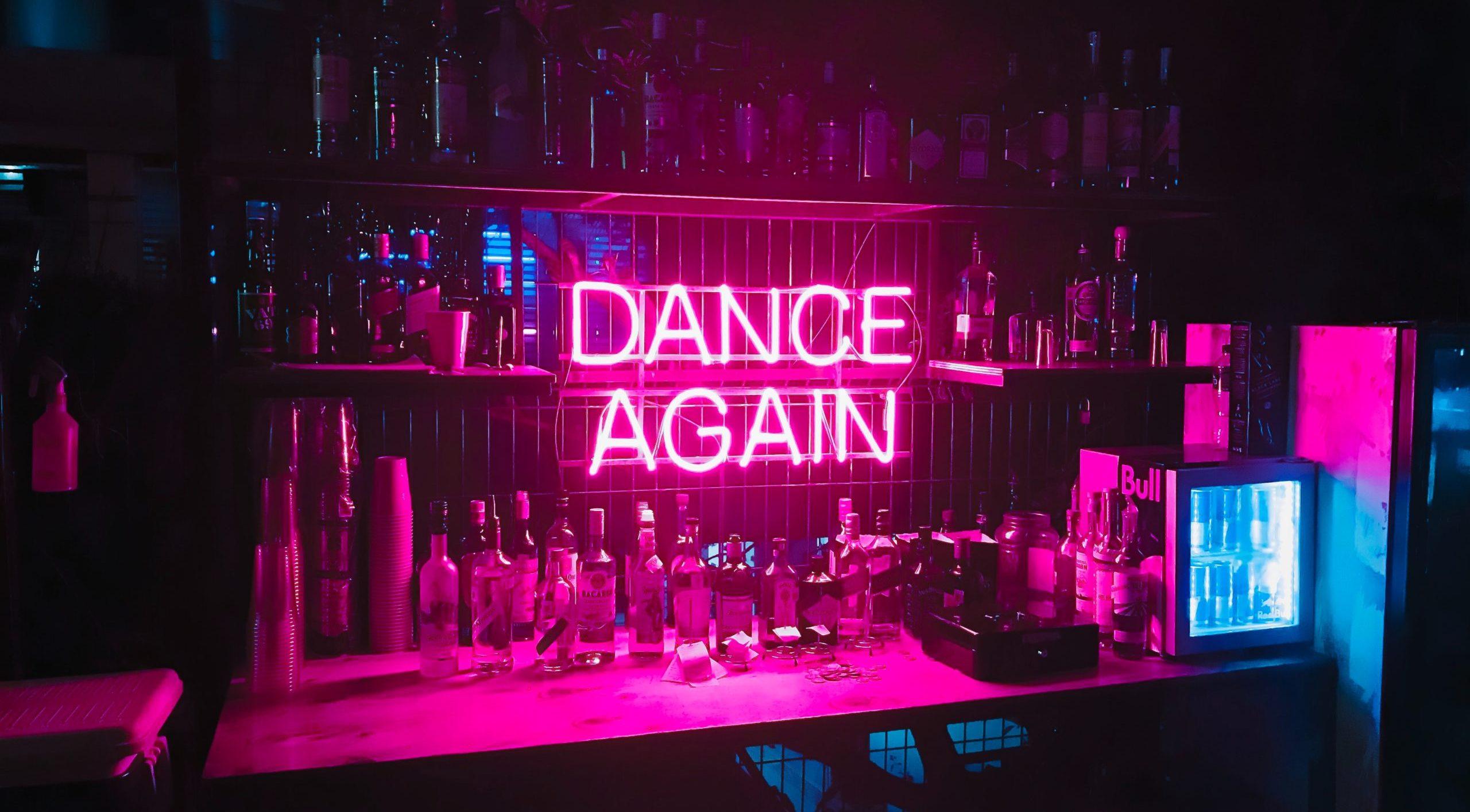 Dance again Schild hinter einer Bar auf einem Event